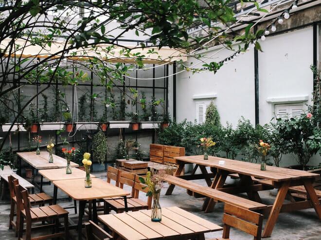 trang trí quán cafe ngoài trời